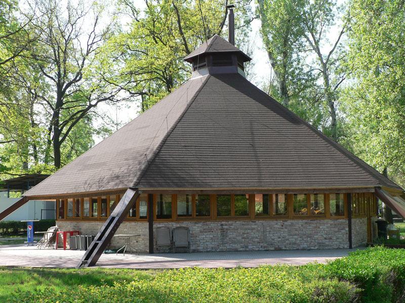 A központi épületben egész évben nyitva tartó büfé található, és pihenni, társalogni is lehet