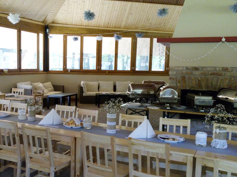 Az igényelt étkezéseket a büfé épületében lehet elfogyasztani