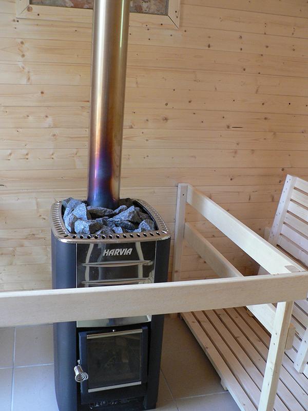 Hagyományos, finn típusú, fatüzeléses szaunák várják a pihenni vágyókat.
